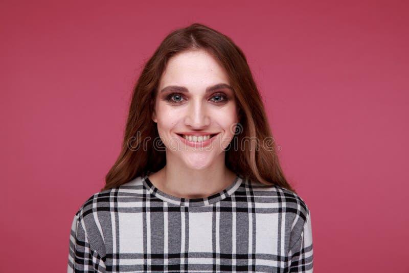 Portret van vrij model geïsoleerd over de roze achtergrond royalty-vrije stock foto