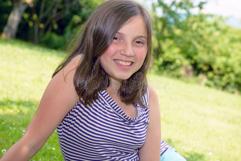 Portret van vrij mooie jonge tiener, in openlucht stock foto's