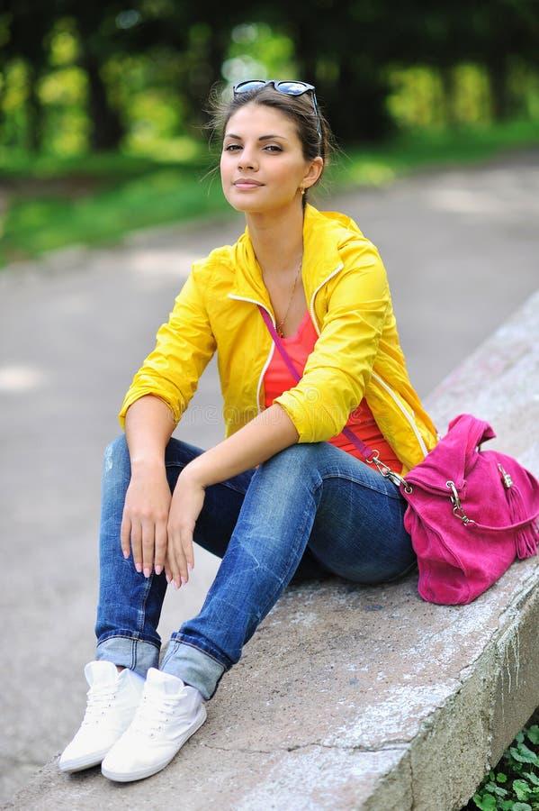 Portret van vrij vrolijk jong meisje in een park stock foto's