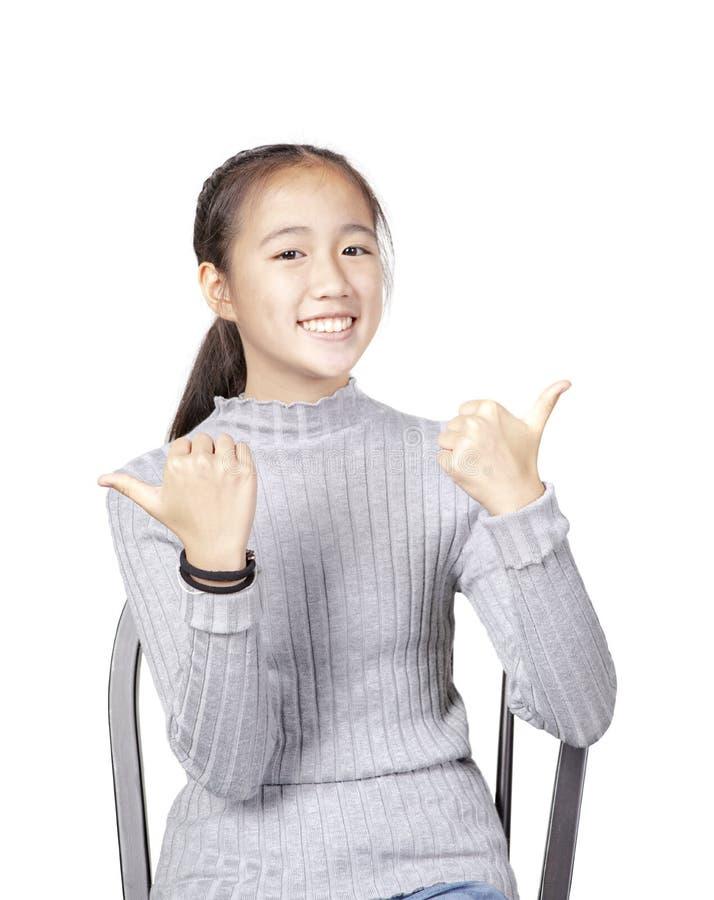 Portret van vrolijk Aziatisch tiener toothy het glimlachen gezicht op wit stock foto's