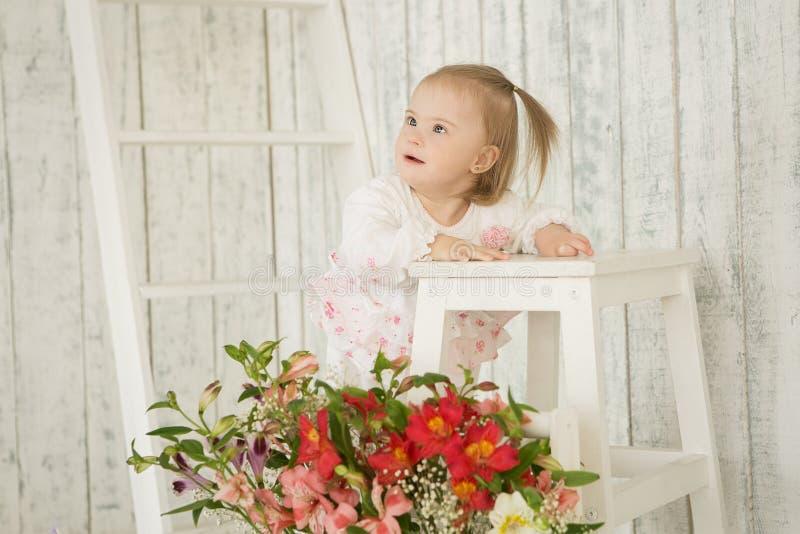 Portret van vrolijk babymeisje met Benedensyndroom royalty-vrije stock foto