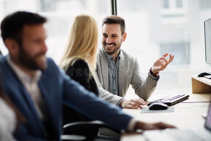 Portret van vrolijk bedrijfspaar die aan computer werken stock afbeelding