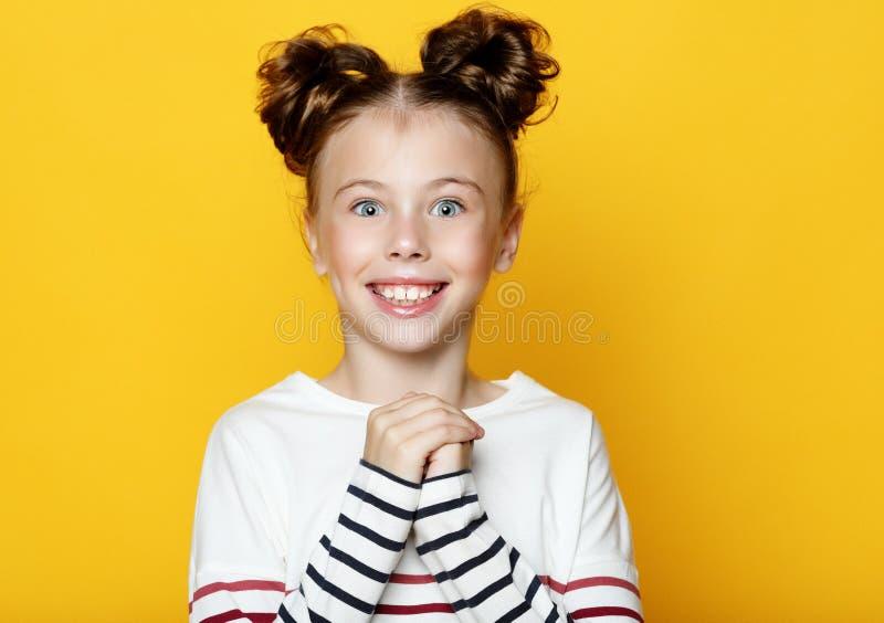 Portret van vrolijk glimlachend meisje op gele achtergrond royalty-vrije stock afbeelding