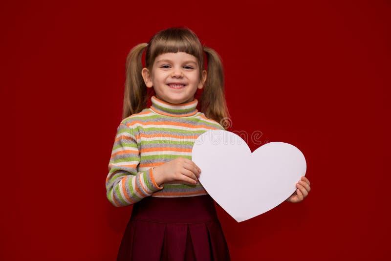 Portret van vrolijk het Witboekhart van de meisjegreep stock afbeelding