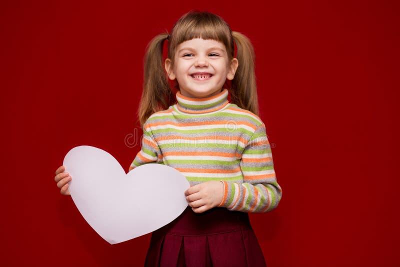 Portret van vrolijk het Witboekhart van de meisjegreep royalty-vrije stock afbeelding