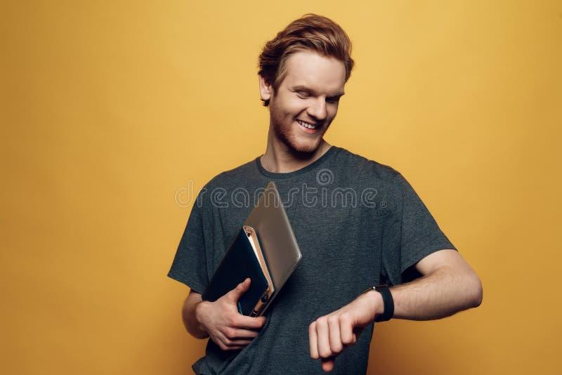 Portret van Vrolijk Jong Guy Holding Laptop royalty-vrije stock afbeelding