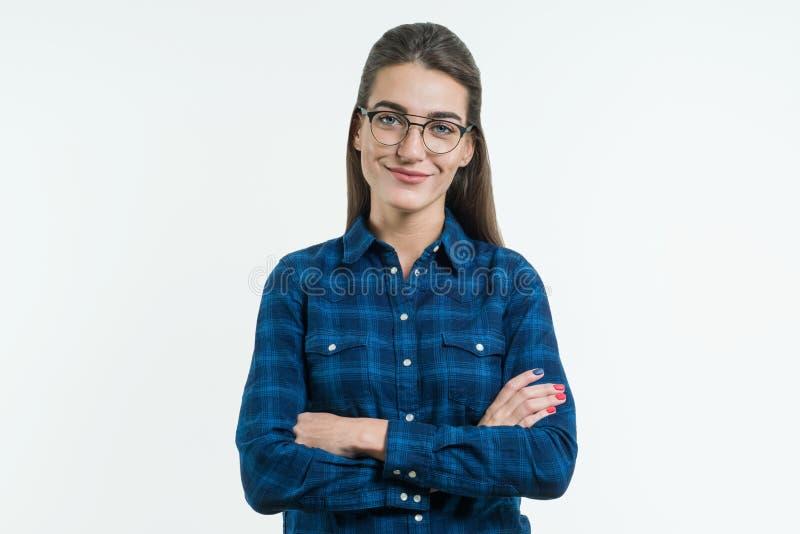 Portret van vrolijk jong meisje met gekruiste wapens stock fotografie