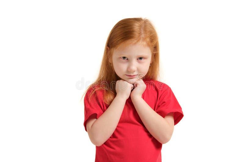 Portret van vrolijk Kaukasisch meisje met het rode haar stellen in studio met het kijken aan de camera stock afbeelding