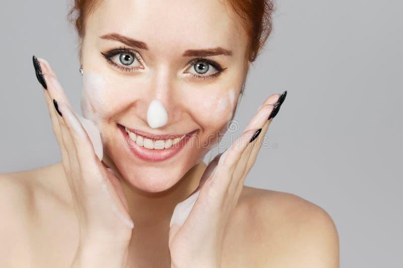 Portret van vrolijk lachend meisje die schuim aanvragen was op haar gezicht Mooi vrouwenroodharige met aantrekkelijke verschijnin royalty-vrije stock foto