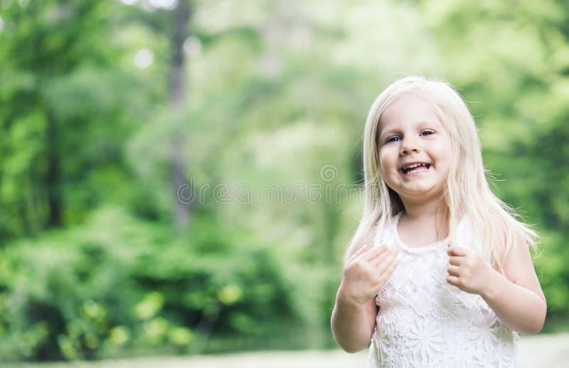 Portret van vrolijk meisje in witte kleding stock afbeeldingen