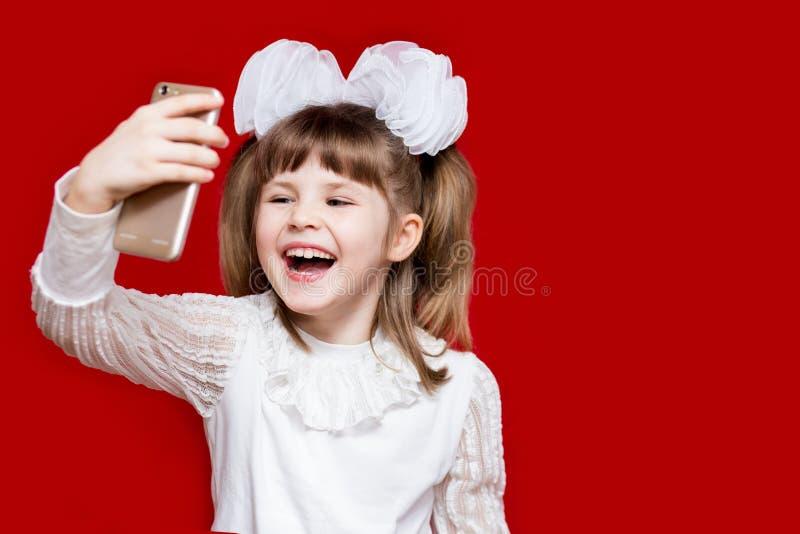 Portret van vrolijk meisje in zeer grote glazen en witte boog Concept zicht of het onderwijs royalty-vrije stock foto's