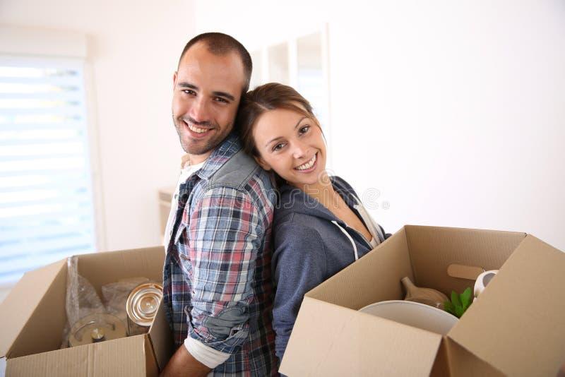 Portret van vrolijk paar met cardboxes stock afbeeldingen