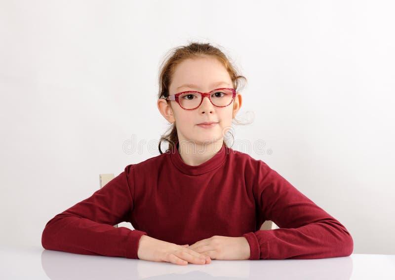 Portret van vrolijk schoolmeisje stock afbeelding
