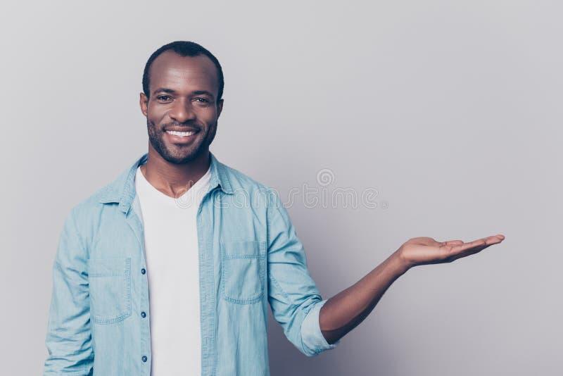 Portret van vrolijke achteloze zekere aantrekkelijke jonge Afrikaan stock foto's