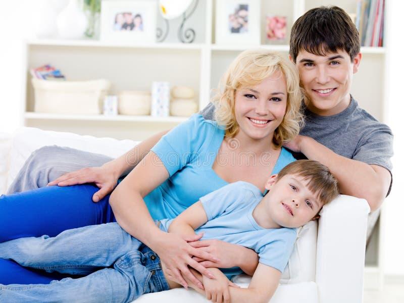 Portret van vrolijke familie met zoon royalty-vrije stock fotografie