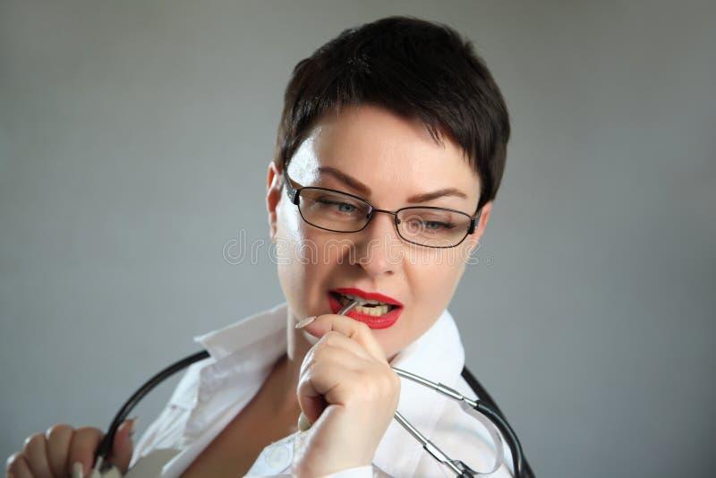 Portret van vrolijke gelukkige arts in het ziekenhuis Vriendschappelijke vrouwelijke arts stock fotografie
