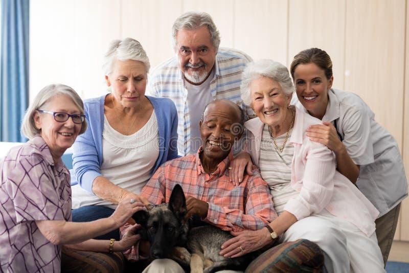 Portret van vrolijke hogere mensen en vakman met hond royalty-vrije stock afbeeldingen