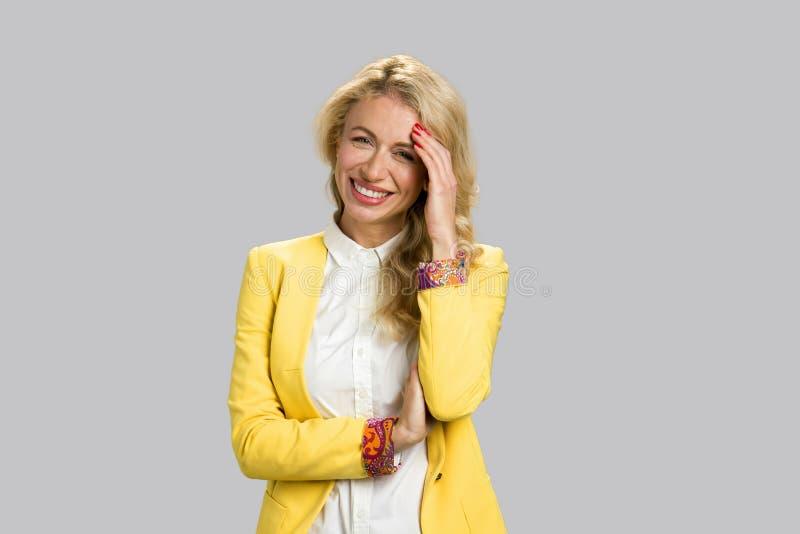 Portret van vrolijke jonge bedrijfsvrouw royalty-vrije stock afbeelding