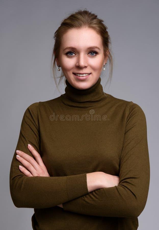 Portret van vrolijke jonge glimlachende vrouw royalty-vrije stock foto