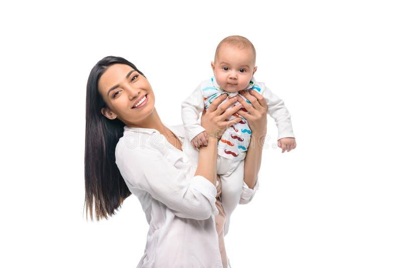 portret van vrolijke moeder met zuigelingsbaby op handen royalty-vrije stock fotografie