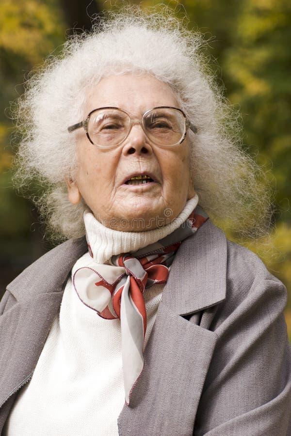 Portret van vrolijke oude dame royalty-vrije stock afbeelding