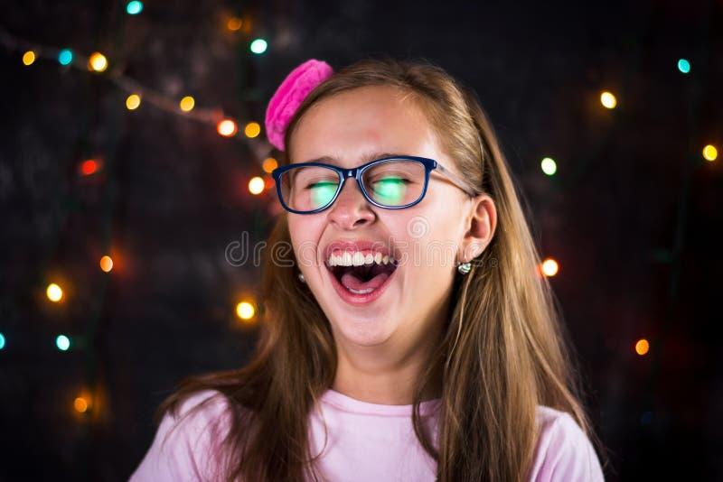 Portret van vrolijke tiener op feestelijke achtergrond stock afbeelding