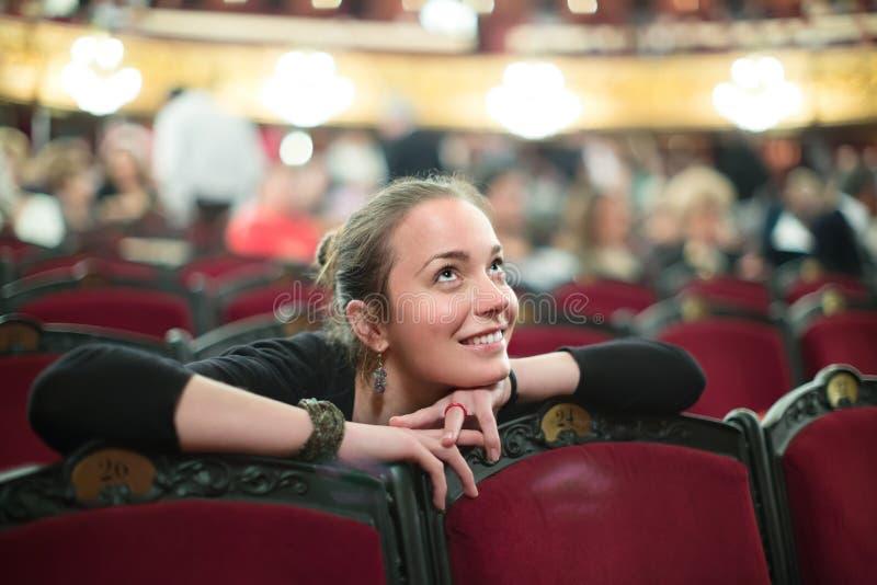 Portret van vrouw in auditorium van theater stock foto