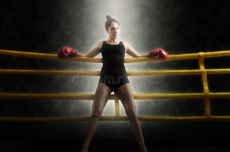 Portret van vrouw de boksring van de opleidingsgymnastiek royalty-vrije stock afbeeldingen