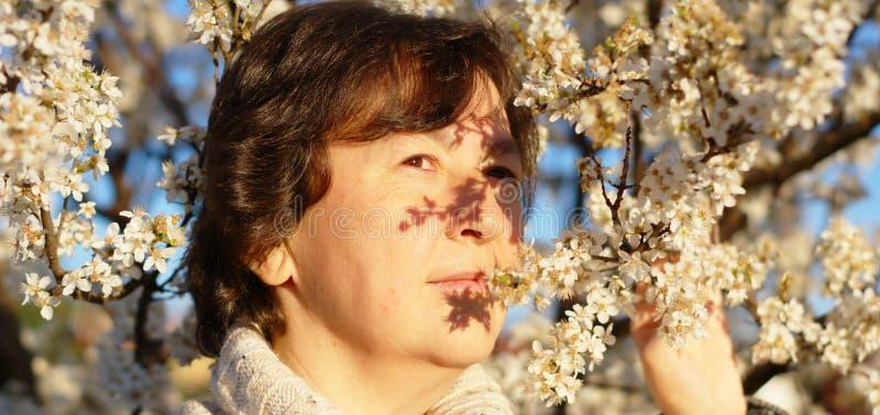 Portret van vrouw in de lente stock foto