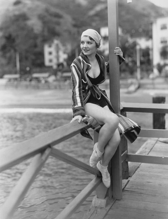 Portret van vrouw dichtbij water stock foto
