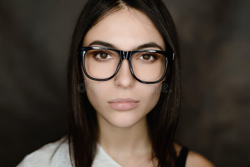 Portret van vrouw die glazen draagt stock foto