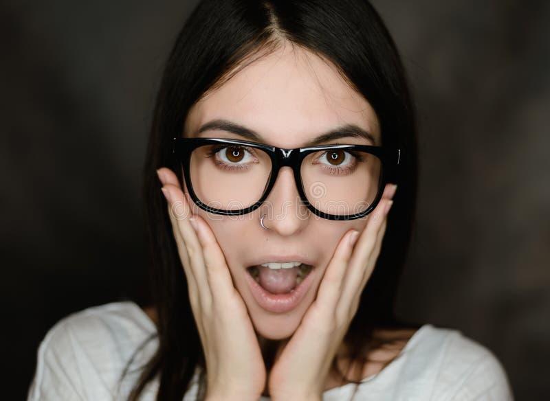 Portret van vrouw die glazen draagt stock fotografie