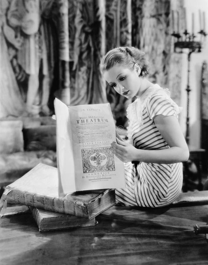 Portret van vrouw die Katholieke teksten lezen (Alle afgeschilderde personen leven niet langer en geen landgoed bestaat Tha van l royalty-vrije stock afbeeldingen