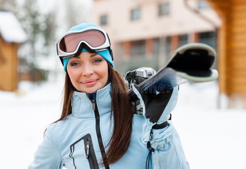 Portret van vrouw die skis overhandigen royalty-vrije stock foto's