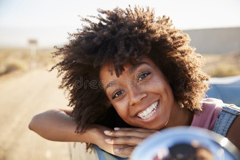 Portret van Vrouw die Weg van Reis in Open Klassieke Auto genieten stock afbeeldingen