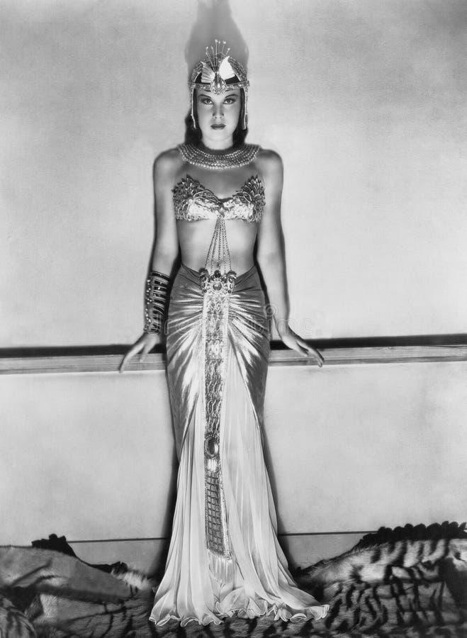 Portret van vrouw in dramatisch Egyptisch kostuum (Alle afgeschilderde personen leven niet langer en geen landgoed bestaat Levera royalty-vrije stock foto