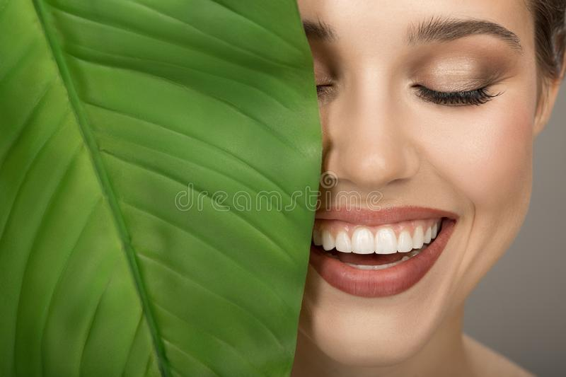 Portret van vrouw en groen blad Organische schoonheid stock fotografie