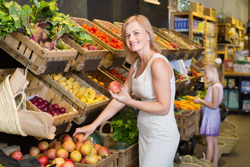 Portret van vrouw en meisje die verse vruchten kopen royalty-vrije stock foto's