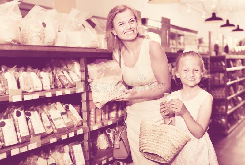 Portret van vrouw en meisjes graag het winkelen grutten stock afbeeldingen