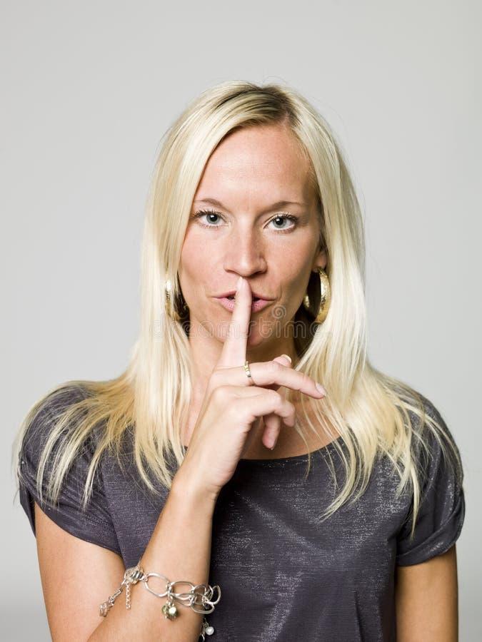Portret van vrouw het doen zwijgen royalty-vrije stock afbeeldingen