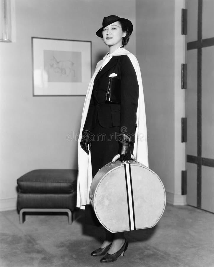 Portret van vrouw het dragen hatbox (Alle afgeschilderde personen leven niet langer en geen landgoed bestaat Leveranciersgarantie stock afbeeldingen