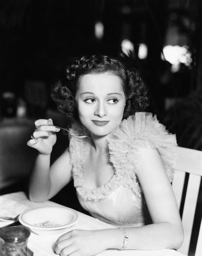 Portret van vrouw het eten (Alle afgeschilderde personen leven niet langer en geen landgoed bestaat Leveranciersgaranties dat er  royalty-vrije stock foto's
