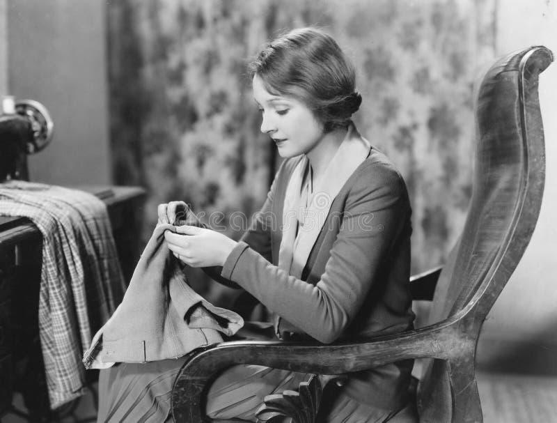 Portret van vrouw het naaien (Alle afgeschilderde personen leven niet langer en geen landgoed bestaat Leveranciersgaranties dat e stock afbeelding