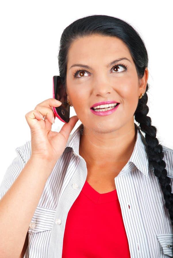 Portret van vrouw het spreken bij mobiele telefoon royalty-vrije stock foto