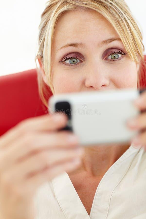Portret van vrouw het texting royalty-vrije stock foto's