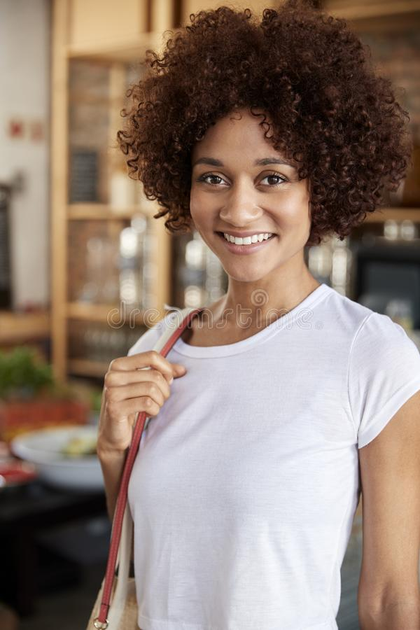 Portret van Vrouw het Winkelen in Duurzame Plastic Vrije Kruidenierswinkelopslag royalty-vrije stock foto