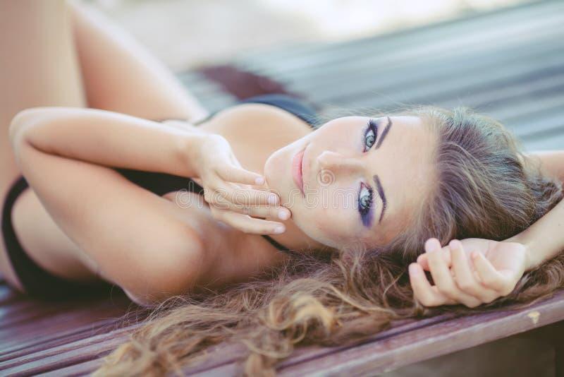 Portret van vrouw het zonnebaden in bikini bij tropische reistoevlucht stock foto