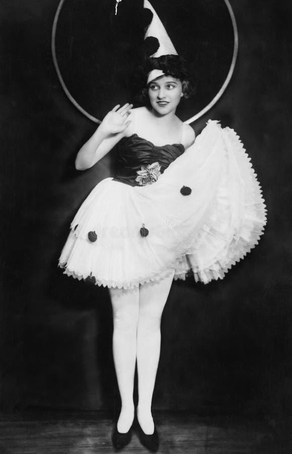 Portret van vrouw in kostuum met clownhoed (Alle afgeschilderde personen leven niet langer en geen landgoed bestaat Leveranciersg stock fotografie