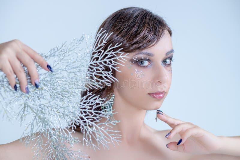 Portret van vrouw met artistieke samenstelling en bergkristallen, parels, Sneeuw Koningin High Fashion Portrait, Kristallen Ijs-k stock afbeeldingen