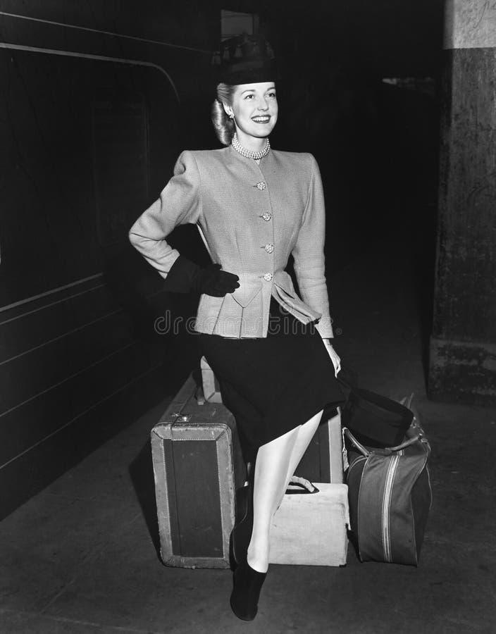 Portret van vrouw met bagage (Alle afgeschilderde personen leven niet langer en geen landgoed bestaat Leveranciersgaranties die d royalty-vrije stock foto